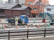 小倉の県道下に「西鉄北九州本線」の枕木続々-道路補修工事で発掘