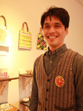 店主の中村伊久夫さんは、障がい者のアート活動を支援する団体に所属する傍ら、同店を開業した。