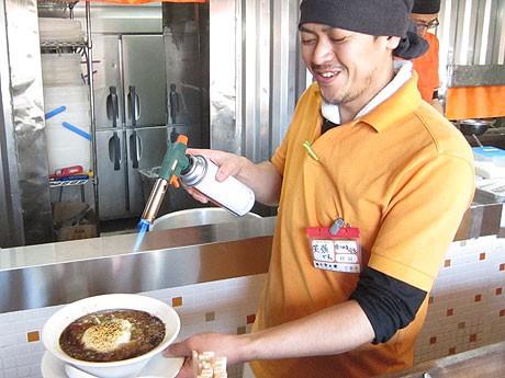 山芋とチーズを乗せ、提供する直前にバーナーで炙って仕上げる「魚介豚骨とろろ~ん麺」
