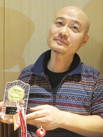 「金椎茸賞(きんなばしょう)」のたてを手にする篠原さん