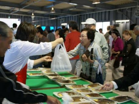 1月~3月は漁の関係で朝市も休業するが、4月に再開する長浜漁協朝市。