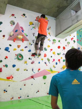 ワールドカップ優勝経験者、安間佐千さんによる指導でウオールを登る参加者