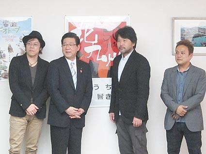 左からさとうけいいち監督、北橋健治市長、大谷健太郎監督、平野宏治プロデューサー(記者会見会場で)