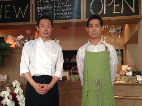 シェフを務める拝上さん(左)と山口さん