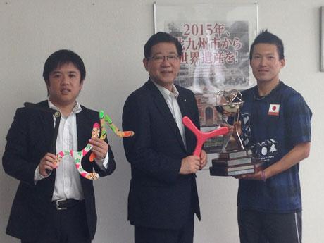 「自分が生まれる前から存在している貴重なワールドカップ」を手にする本田さん(右)