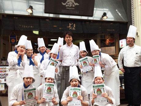 今年4月、社長に就任した辻史郎さん(写真後列中央)。