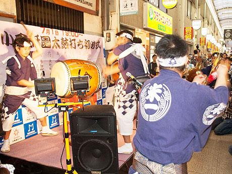 魚町1丁目「酒房 武蔵」前にステージが設けられ、約10分間演奏された太鼓の競演は「小倉恵比寿締め」で締めくくられた