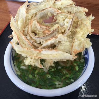 大きく広げた天ぷらが特徴の「ごぼう天うどん」(550円)