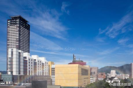 マイケル・グレイブスさんデザインの西日本工業大学デザイン学部棟とジョン・ジャーディさんによるリバーウォーク北九州を背景にした虹