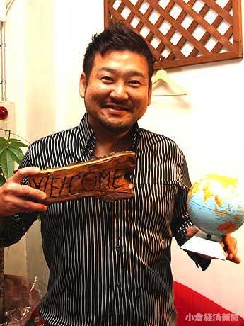 東京出身で、「家族の転居とともに山口県萩市に引っ越し、その後小倉の人々と出会った」と岡崎さん