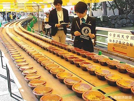小倉城大手門前広場にずらりと並べられた「焼きうどんの皿」