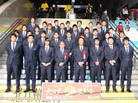 11日行われた出陣式では、小倉駅を行き交う通行客にも「記念撮影」が公開された