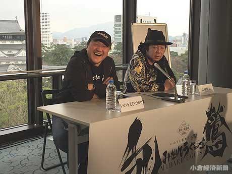 会場の笑いを取って和ませた古田新太さん(右)と演出家のいのうえひでのりさん