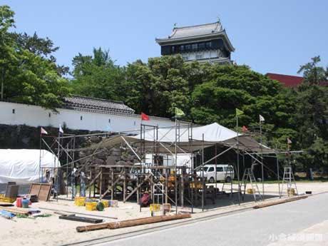 小倉城大手門広場に小屋を建設中の「どくんご」