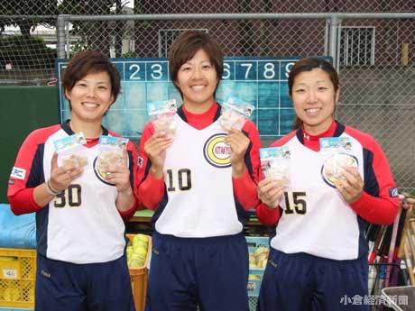 左から、原田明香監督、キャプテンの高村唯さん、ピッチャーの長尾美希さん