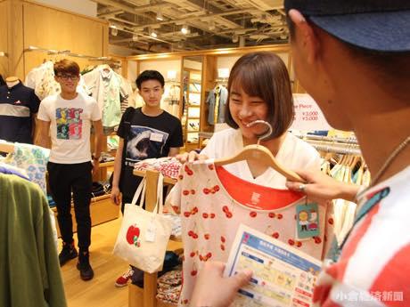 実際に店頭で、日本語を使わずに買い物をするシミュレーションを行った