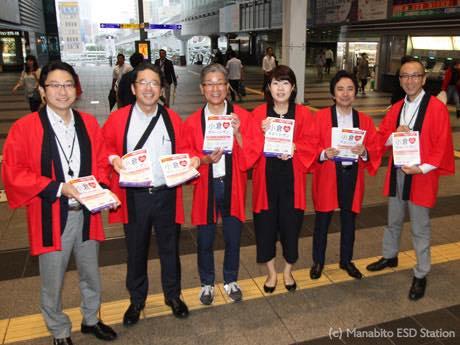6月28日小倉駅で、各施設担当者がバーゲンの開催を呼び掛けた。