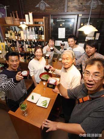 キックオフの10月1日、「林田酒店」(京町2)で乾杯する客ら