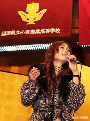 小倉商業高校創立100周年祝賀会のステージに立つ吉開りりぃさん