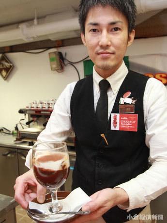 小倉井筒屋特設会場のイートインコーナーでエスプレッソなどを提供する「カフェ・オスピターレ」(筑紫野市)の森崎さん。