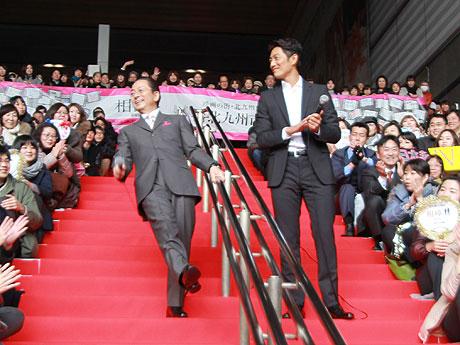 小倉駅コンコースに登場した水谷さん。反町さんとの掛け合いに会場は盛り上がった。