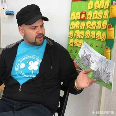 絵本を手に、園児に読み聞かせをするディロッコさん