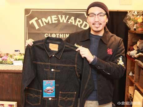 「いま、いち押しのジャケット」というデニムジャケット(2万8,080円)を持つ野田さん
