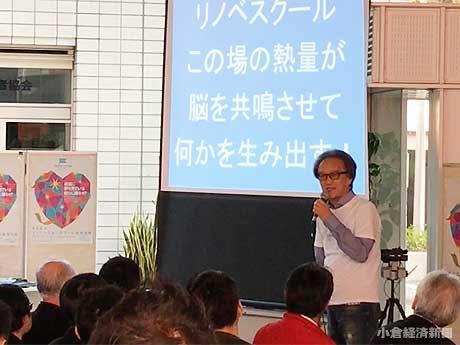 北九州商工貿易会館には約300人の観衆が詰めかけた