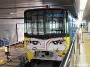 北九州モノレール「999号」2代目 新キャラ加え「出発進行」