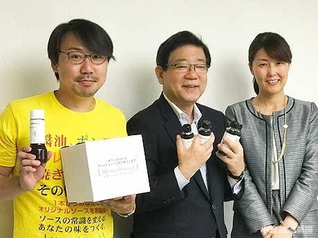 北橋健治北九州市長(写真中央)の元を訪れ、商品販売の報告をした吉田さん(左)と坂本さん(右)