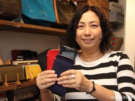 海外の工場と頻繁に連絡を取り人気商品を生み出している店主の島内光美さん