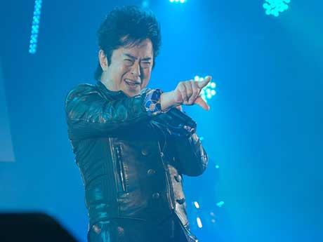 ステージで熱唱する水木一郎さん