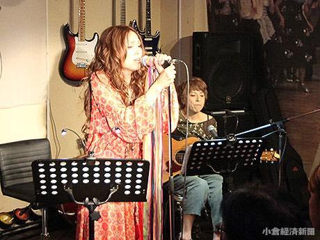 ライブバー「オールディーズ」(船場町)で初アルバムリリース記念ライブを行った吉開リリイさん(2017年10月3日)