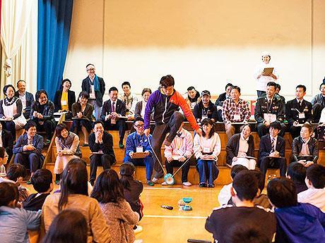 児童らの前でパフォーマンスを披露した大道芸人「タカシェンカ」こと萩原崇さん(同校体育館で)