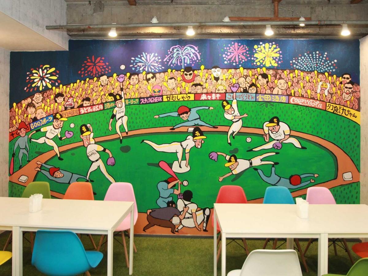 イラストレーター・TUNEさんによる壁画が描かれた店内