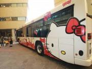北九州市営バス「ハローキティ」号バレンタインデコ 学生コラボ「お菓子の家」も