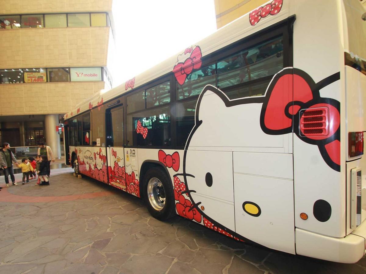 1月20日、「リバーウォーク北九州」でお披露目された「ハッピーバレンタインバス」