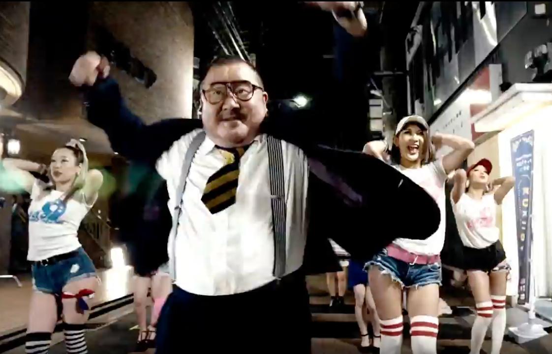 動画の1シーン。鍛冶町でダンスを繰り広げる芋洗坂係長