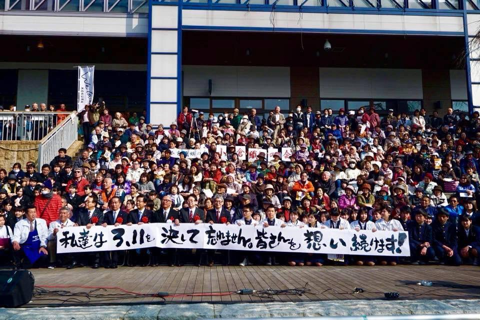 「紫江's」に隣接する水上ステージ前に集まった市民ら