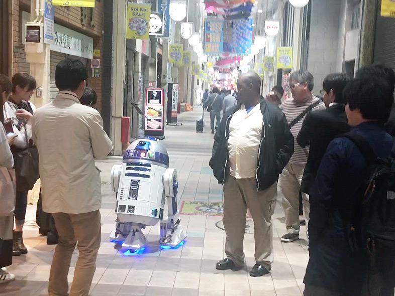 魚町銀天街で通行人に取り囲まれたイノウエさんと「R2-J1」
