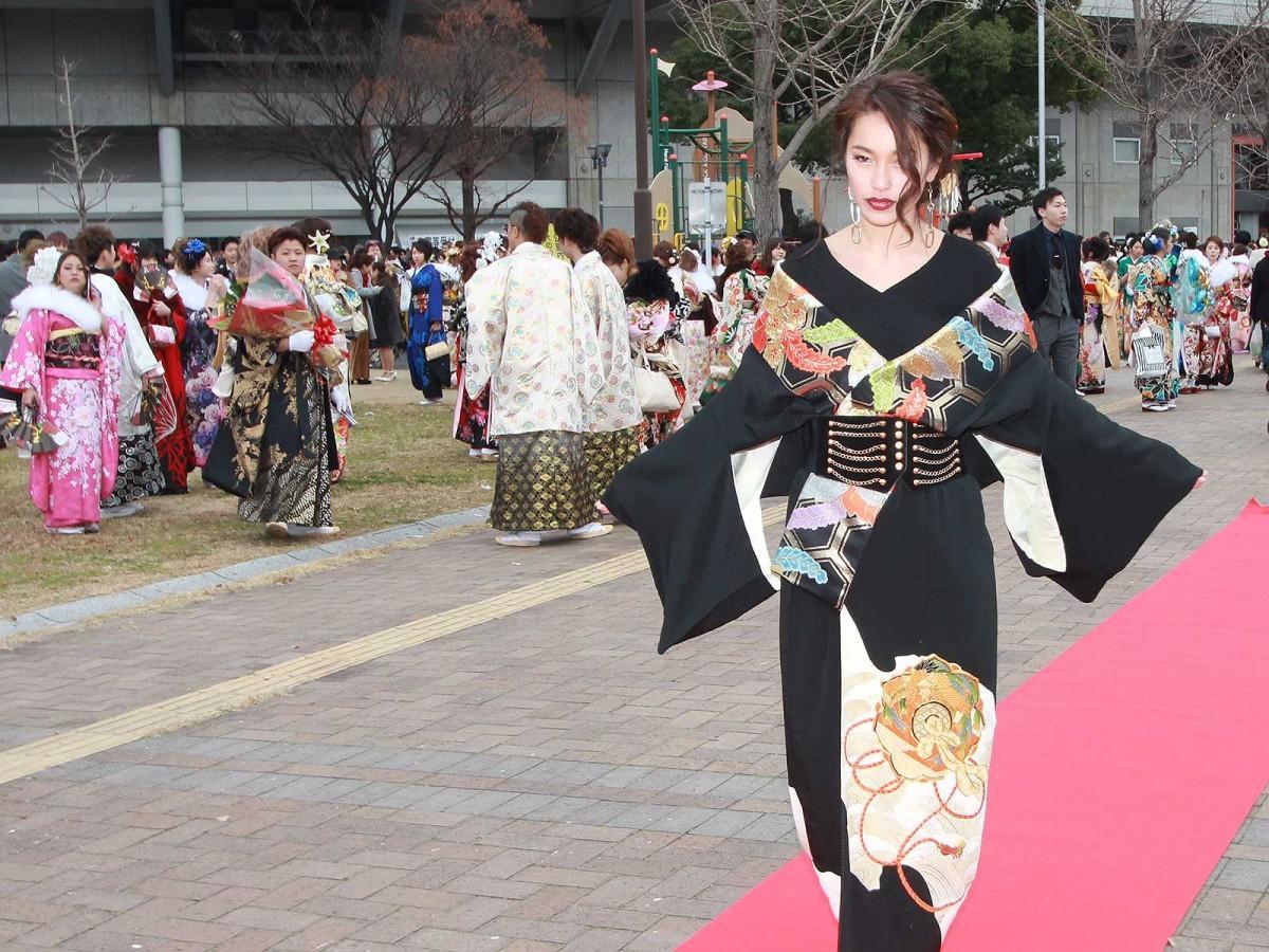 成人式で持参したランウェイをさっそうと歩く大庭凪紗さん