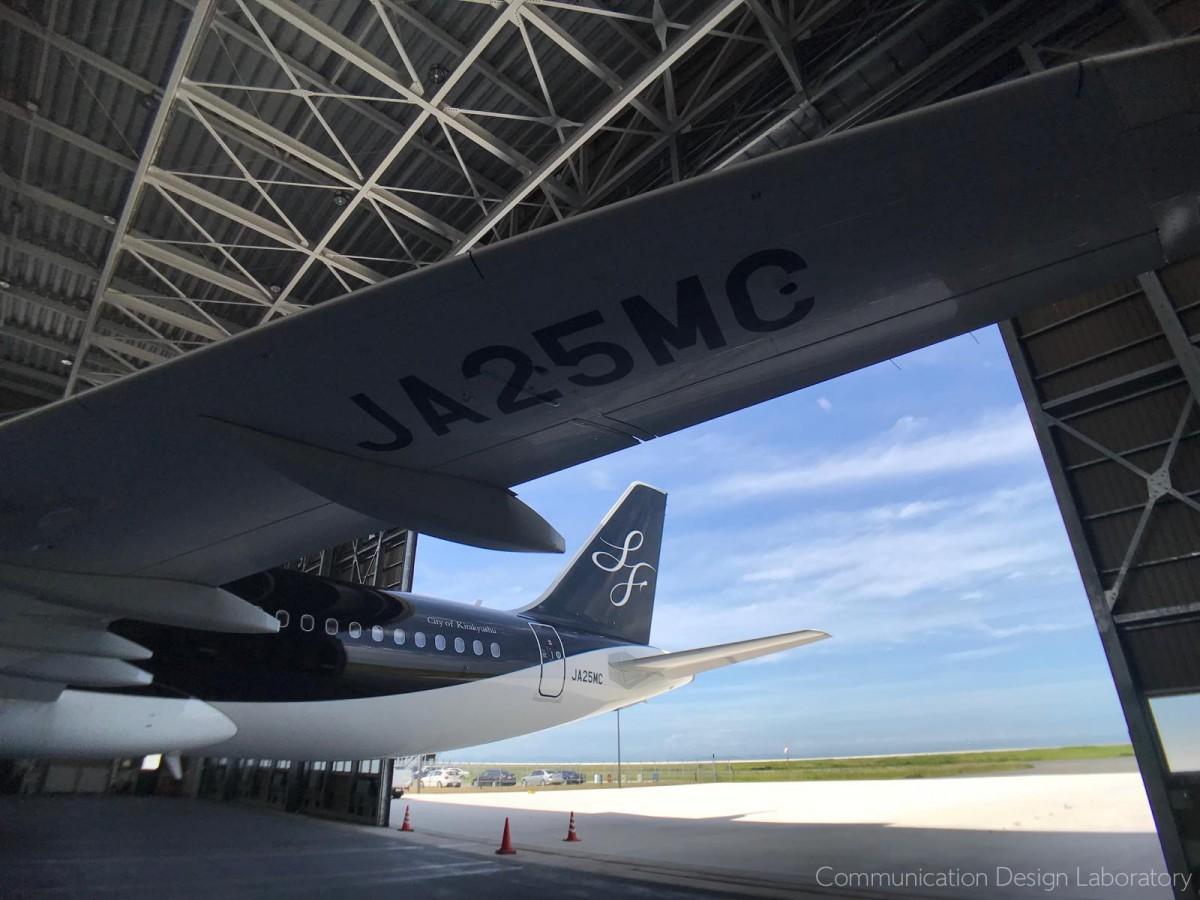 同社の格納庫で整備中の使用する機材「JA25MC」。