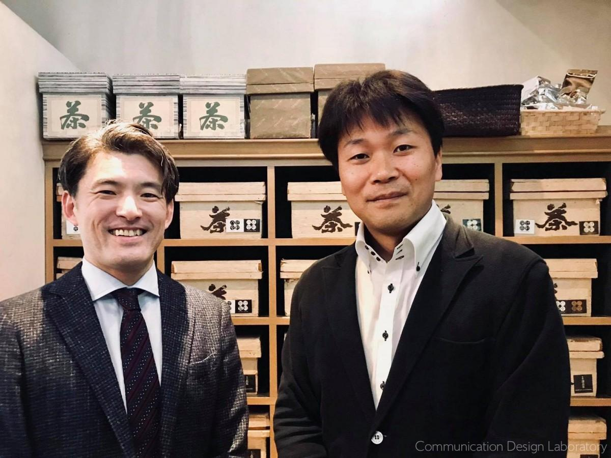 ピアノを寄贈する「辻利茶舗」の辻史郎社長(右)とプロジェクト発起人の菅恒弘さん