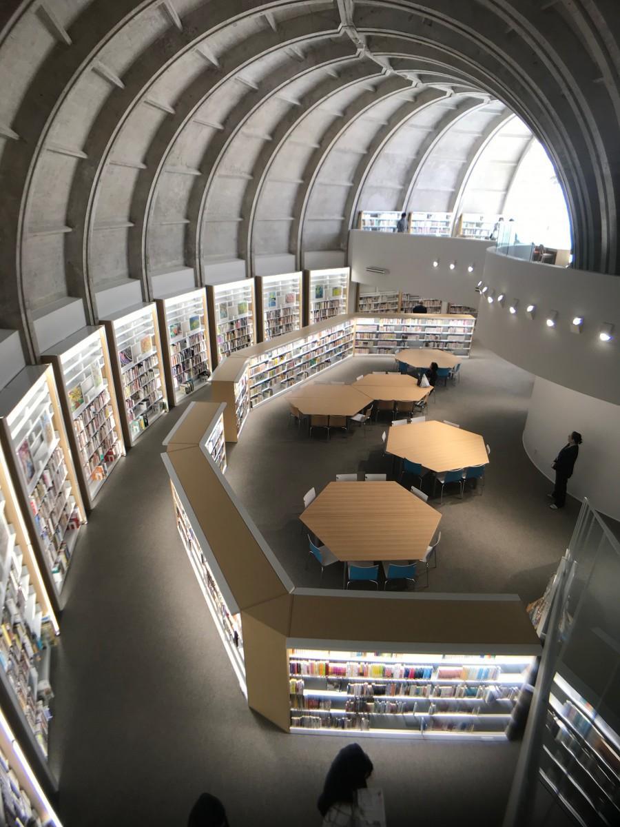 湾曲したドーム状の天井が特徴の建物内部