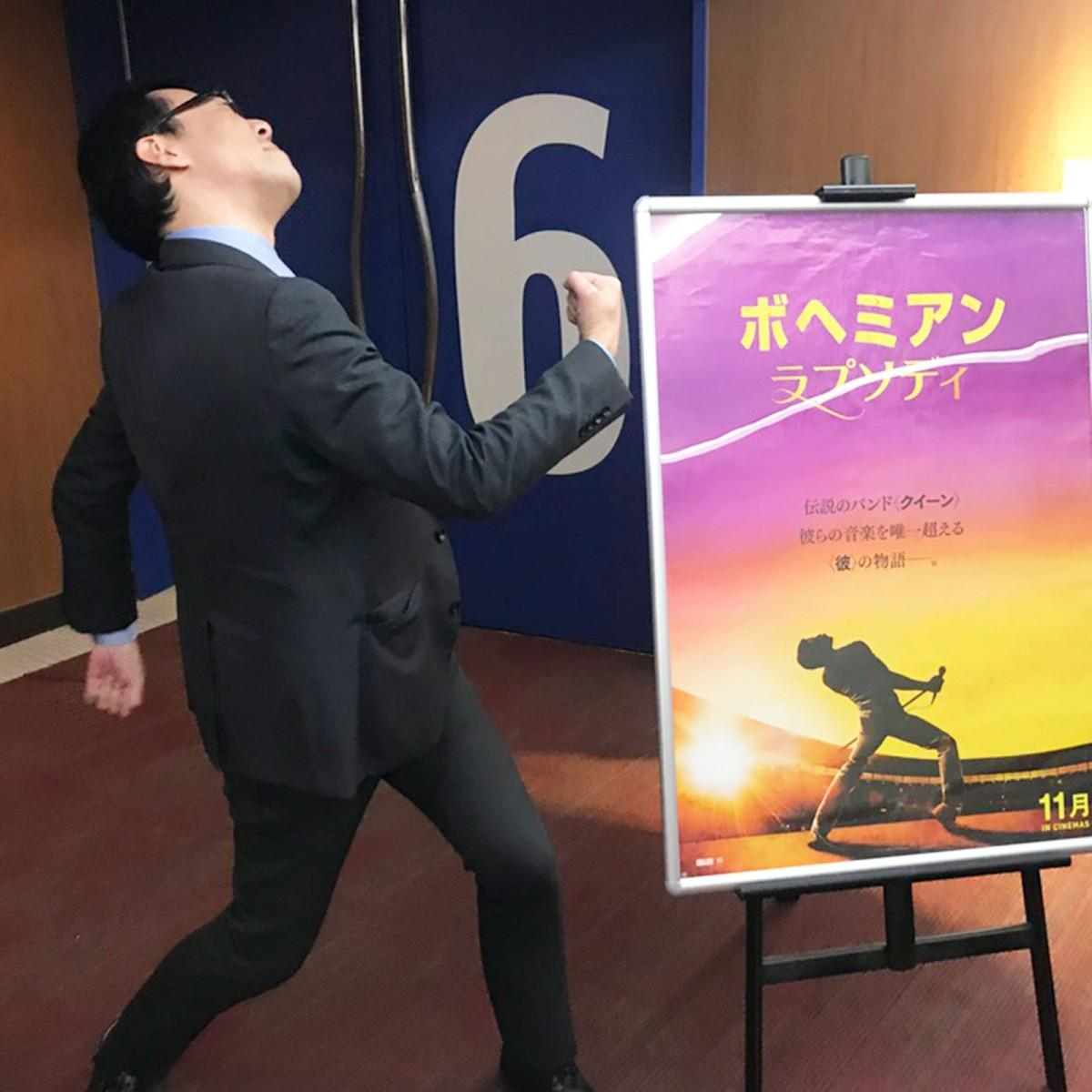 フレディー・マーキュリーになりきって盛り上げる下田昭さん
