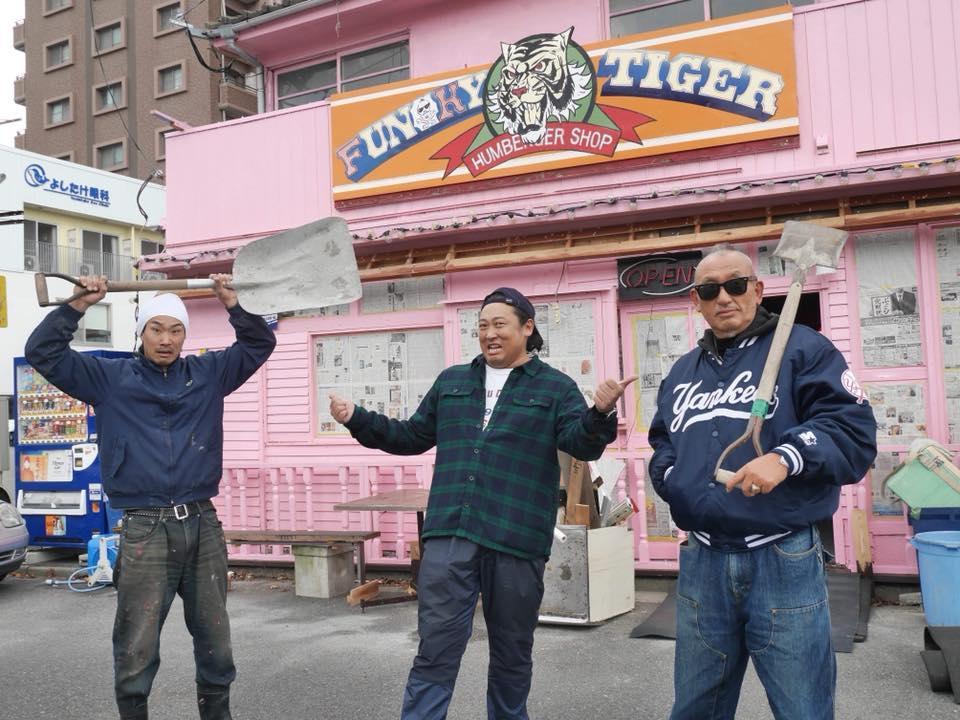 店舗改修時に駆けつけた「ロバート」秋山さん(中央)と秋山幸重さん(右)、店長の「かわちゃん」(左)