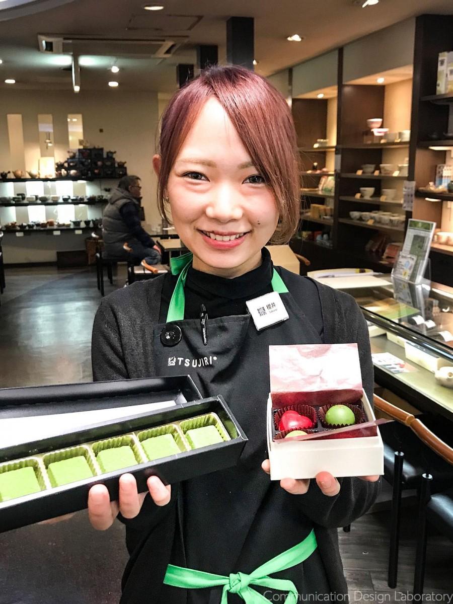 「辻利茶舗」スタッフの櫻井千里さんおすすめの「抹茶生チョコレート」(左)と「抹茶トリュフ&ハートプラリネ」