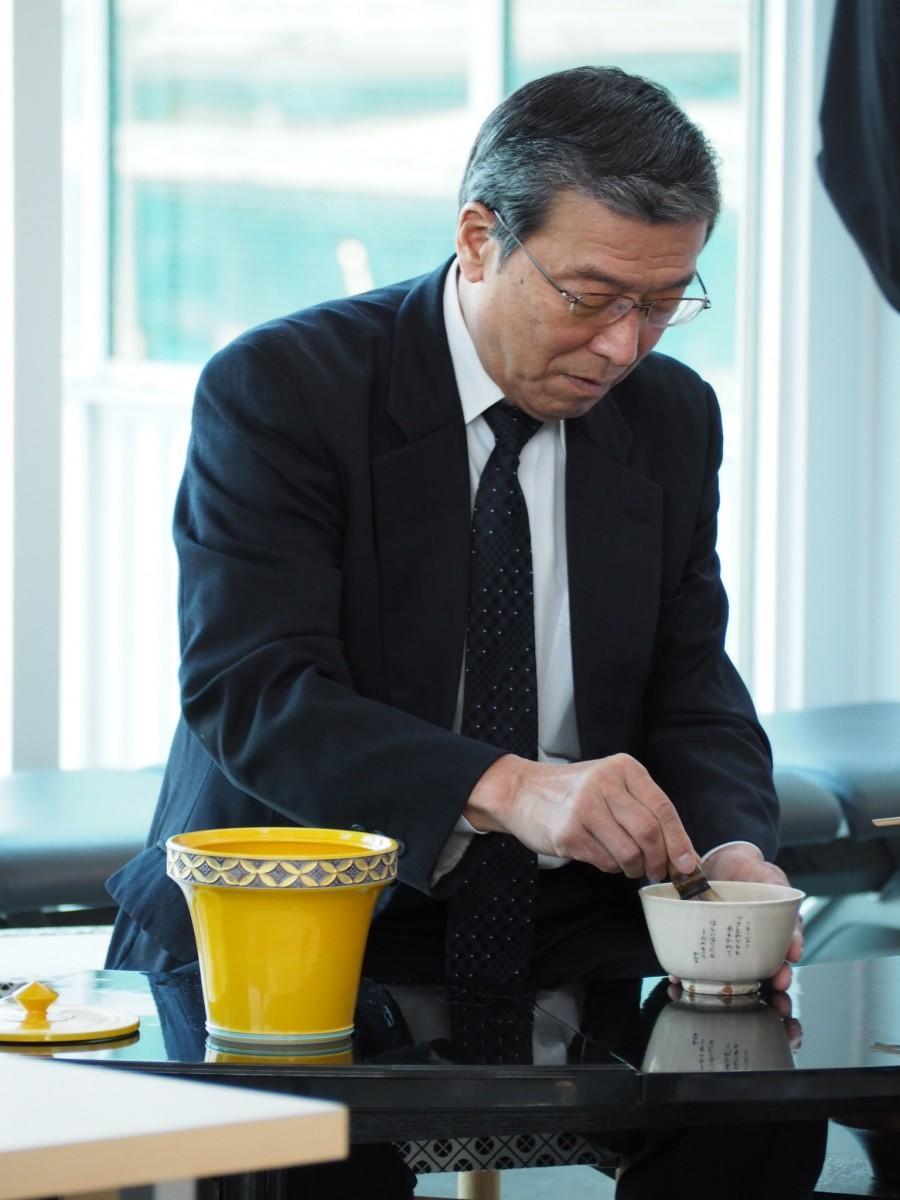 社長の松石禎己さん自ら抹茶を提供する