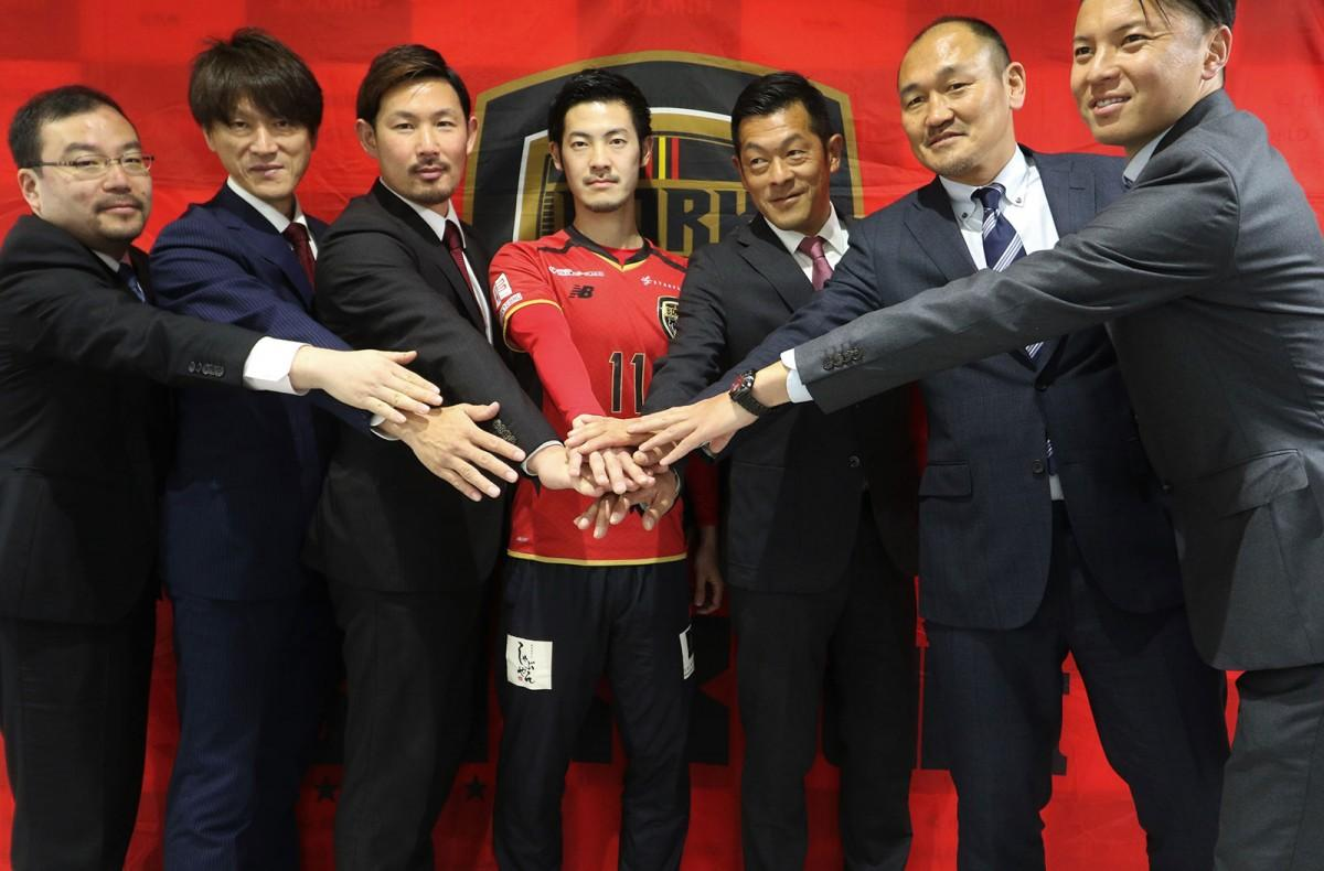 「eスポーツという切り口から北九州を盛り上げたい」と話す秋田豊さん(右から2人目、提供写真)