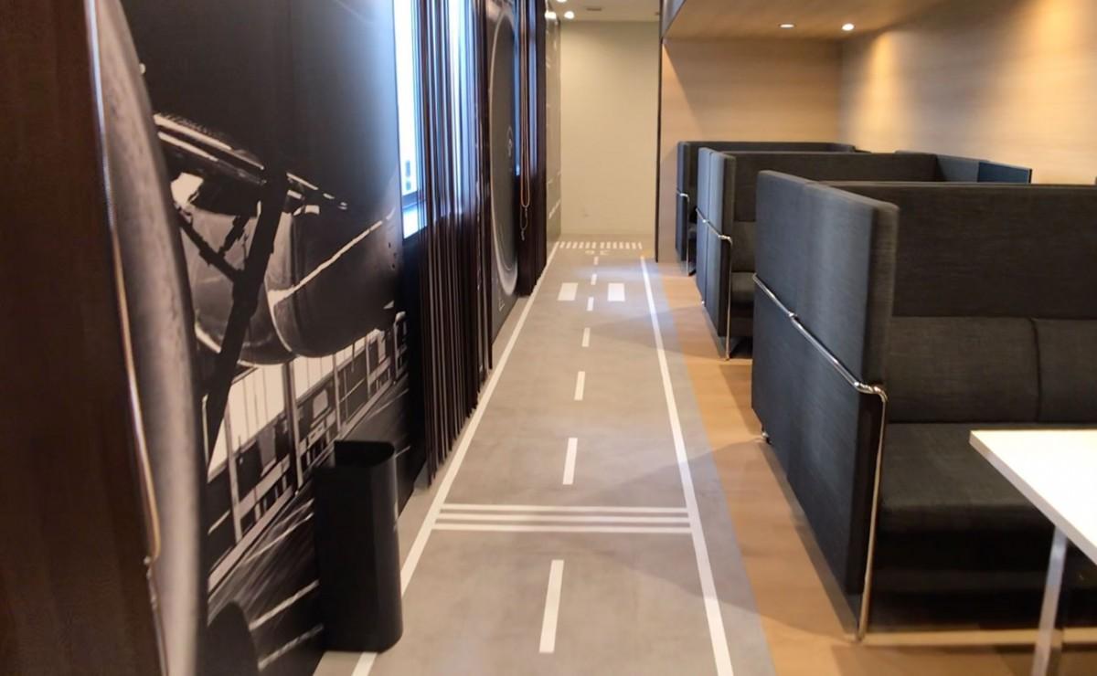 滑走路をイメージしたANNEX棟1階の通路